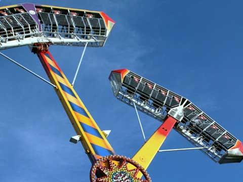Kamikaze- Rotating Pendulum Rides